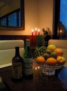 縁_ボックス席のフルーツ及び酒瓶